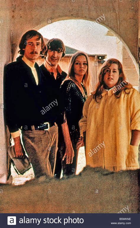 MAMAS AND THE PAPAS US pop group with Mama Cass at right